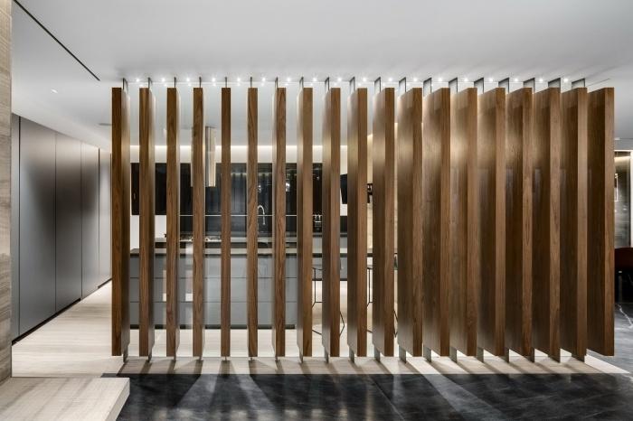 aménagement de cuisine moderne en blanc et gris avec meubles haut en noir, comment séparer une cuisine de salon avec claustra bois