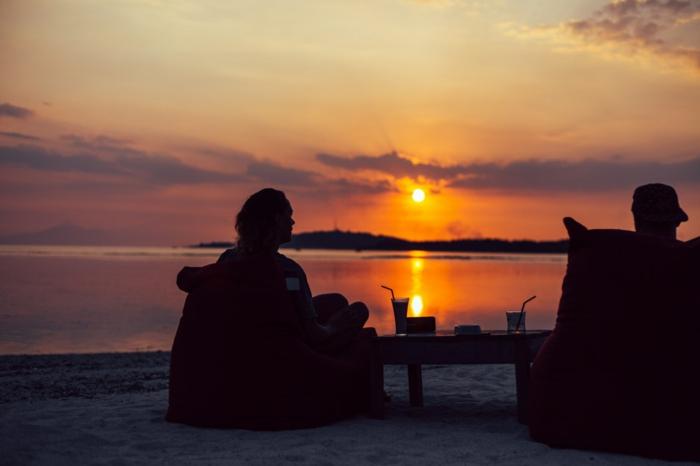 Romantique couple au bord de la mer au coucher de soleil, bonne saint valentin mon amour, belle image d'amour pour celui qu'on aime