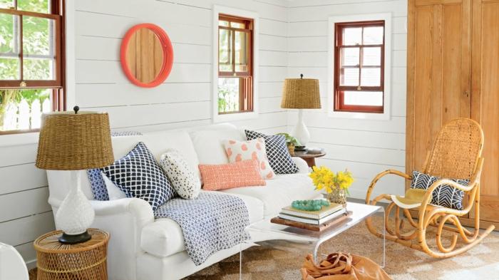 décor nautique, planches blanches, miroir rond, lampe abat-jour et chevet en fibres naturels, chaise berçante