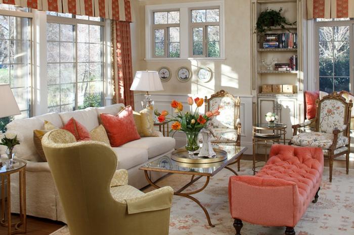 sofa rose capitonné, table basse en verre, vase avec fleurs, sofa gris clair, coussins déco, chaise tapissé