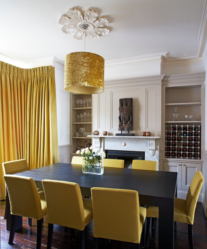 comment décorer une salle à manger traditionnelle avec accents modernes de couleur moutarde, modèles rideaux longs jaunes