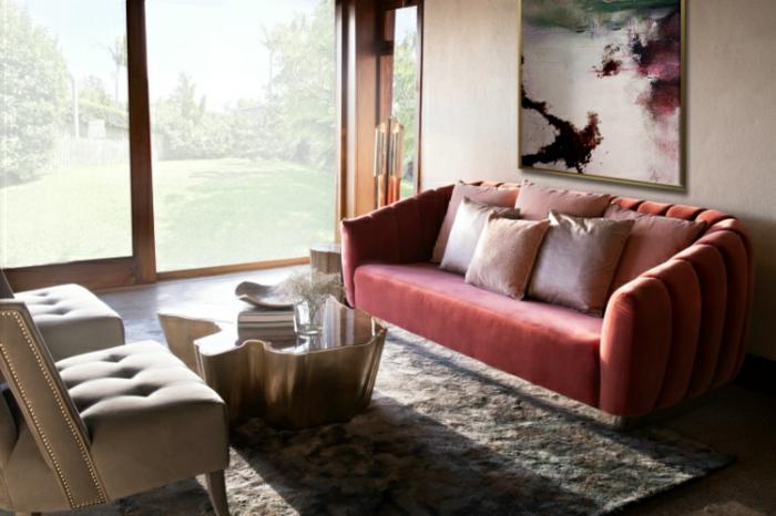 déco salon couleur saumon, tapis gris, sofa orange saumon, quelle couleur pour un salon tendance, grand tableau abstrait, deux fauteuils, table tronc