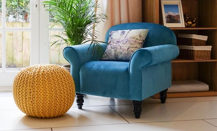 modèle de pouf moutarde couleur, exemple fauteuil cozy en velours bleu avec coussin, idée déco coin lecture salon