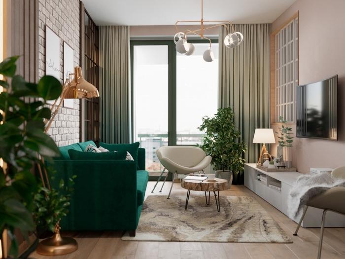 modèle de canapé de couleur vert turquoise en velours, lampe sur pied en cuivre, déco petit salon cozy et moderne