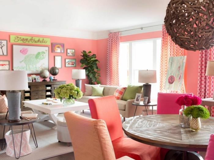 salon et salle à manger, murs couleur de l'année 2019, plafonnier boule, table basse blanche, table ronde avec chaises couleur pêche, sofa beige