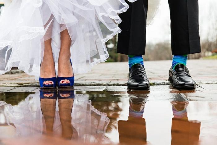 chaussures homme noires laquées, chaussettes bleues, sandales bleues, robe blanche aux volants transparents
