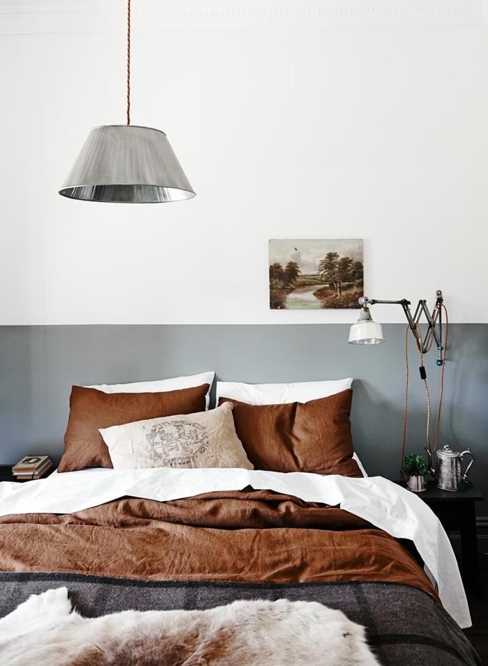 peinre une chambre en deux couleurs, grand plafonnier suspendu, deux coussins marron, lampe industrielle, petit chevet
