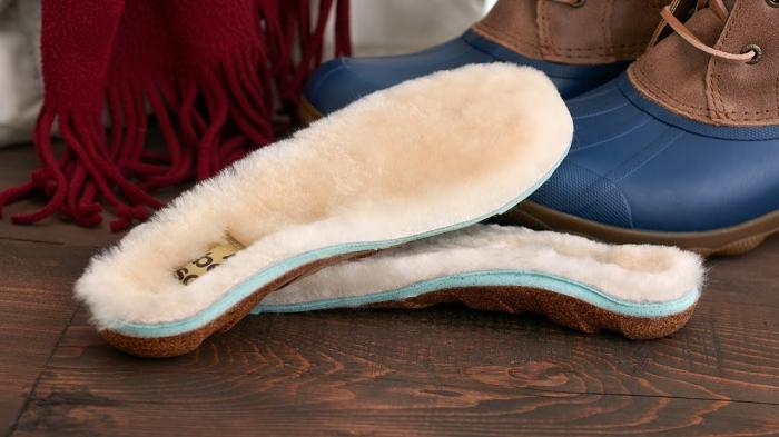 modèle de semelle chaude, idée cadeau objet cozy, accessoires mode pour homme et femme, exemple semelle peau de mouton beige et marron