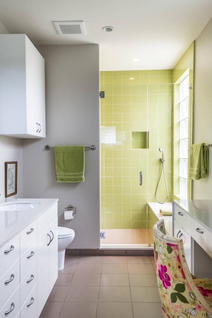 design petite salle de bain en blanc et vert, choix carrelage cabine de douche vert clair, meuble salle de bain en blanc