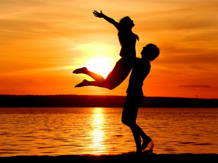 Photo de joie, etre ensemble au bord de la mer, fond d'écran coucher du soleil, photo couple amoureux bonne saint valentin mon amour choix d'image à envoyer