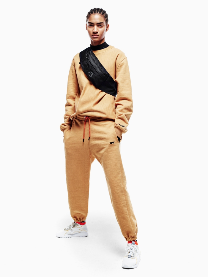 modèle équipement sportif camel, accessoires de sport Reebok, exemple vêtements de la collection Victoria Bechkam en collaboration avec Reebok
