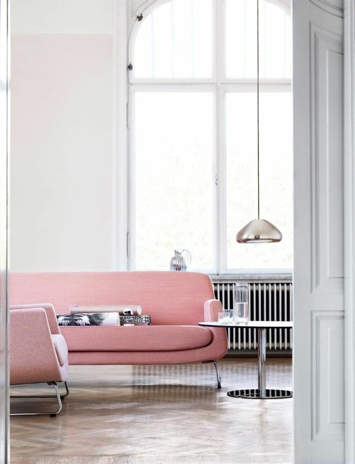 salon en gris clair, sofa couleur tendance 2019, lampe suspendue argentée, grande fenêtre en arc, quelle couleur pour un salon