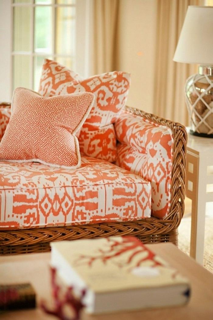grand sofa en blanc et orange, déco salon couleurs délicates, lampe abat-jour, table de salon, rideaux beiges