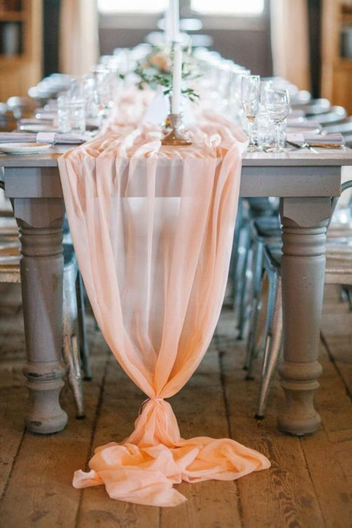 chemin de table rose noué aux extrémités, grande table grise, chaises industrielles, mariage vintage chic