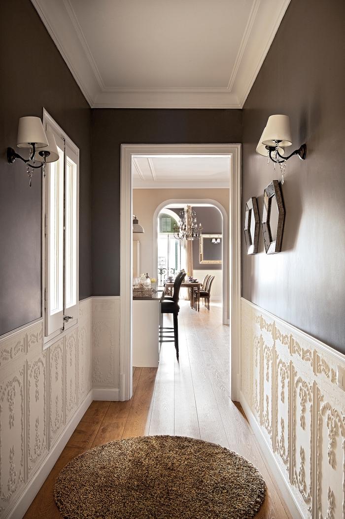 peinture taupe appliquée sur la partie haute des murs pour créer un effet de contraste avec le soubassement en bois blanc