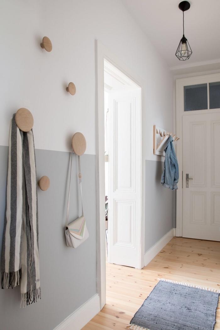 deco couloir de style scandinave avec un soubassement peint en gris clair qui s'accorde parfaitement avec le parquet clair