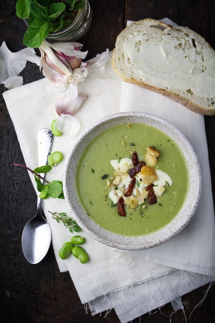 velouté à la fève, au mascarpone et à la menthe, avec de fines tranches de pancetta croustillante