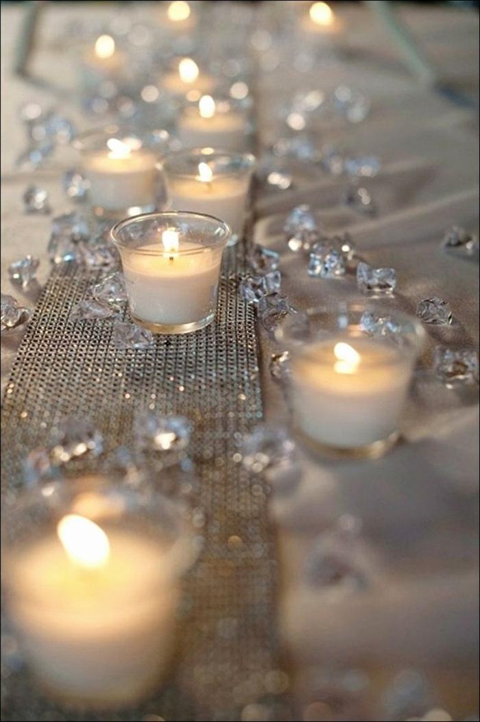 chemin de table argent, bougies blanches, strass, décoration de mariage romantique
