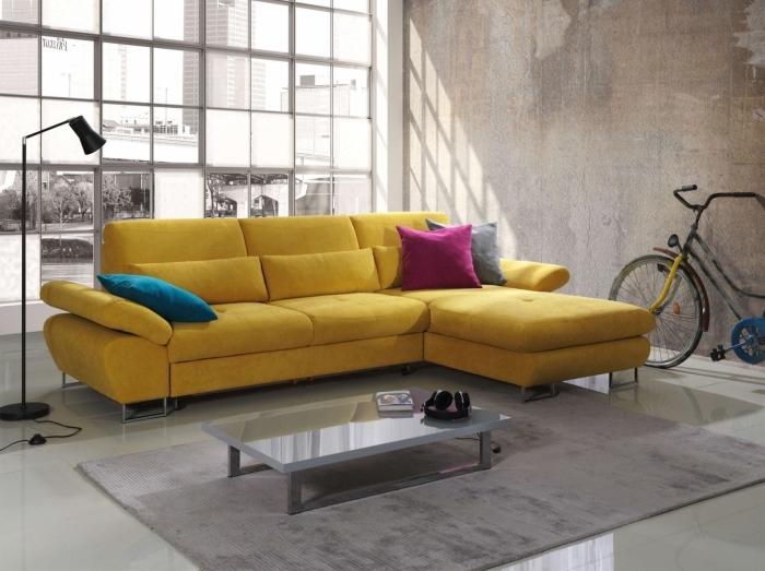 modèle de canapé jaune moutarde décoré avec coussins en velours bleu marine et rose fuschia, idée salon industriel