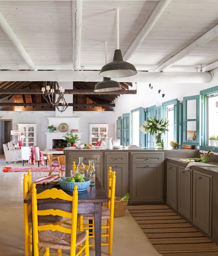 comment aménager une cuisine en L, déco cuisine avec coin à manger, modèle de chaises en bois repeintes en jaune moutarde