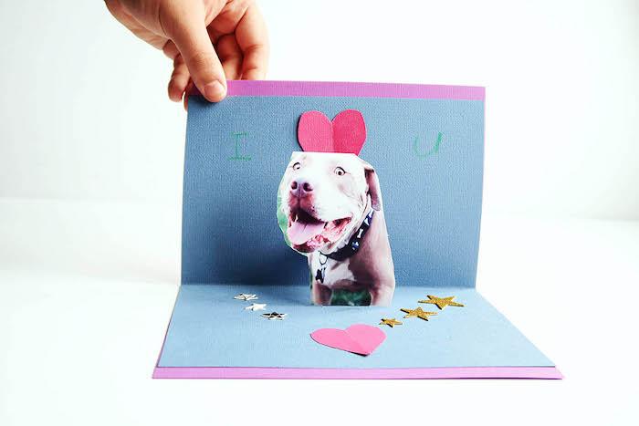 carte mignonne à réaliser comme activité manuelle primaire, photo de chien entouré de coeurs et étoiles