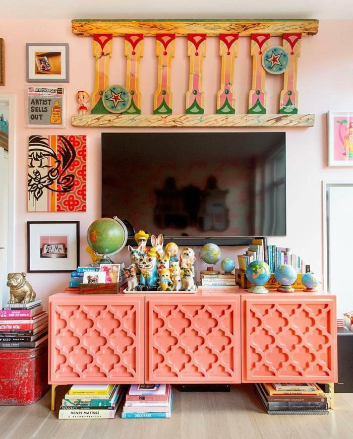 objets déco gypsy, enfilade peinte, globes décoratifs, tableaux, déco murale en bois, livres empilés