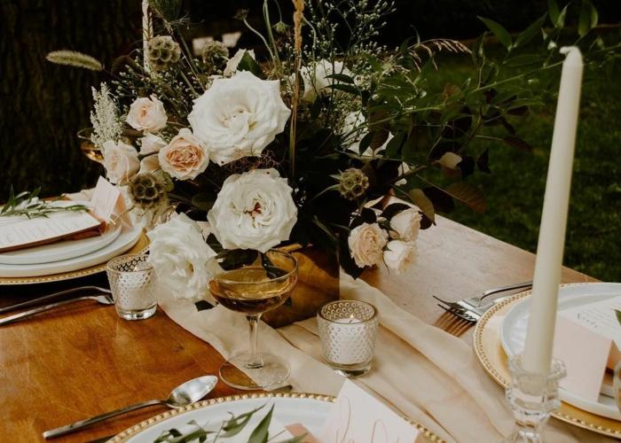 chemin de table en toile de lin, bouquet de roses, bougies blanches, assiettes motifs floraux