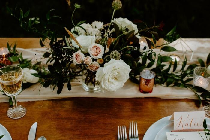 jolie table de mariage, porte bougies cuivrés, bouquet de roses, verres à vin vintage