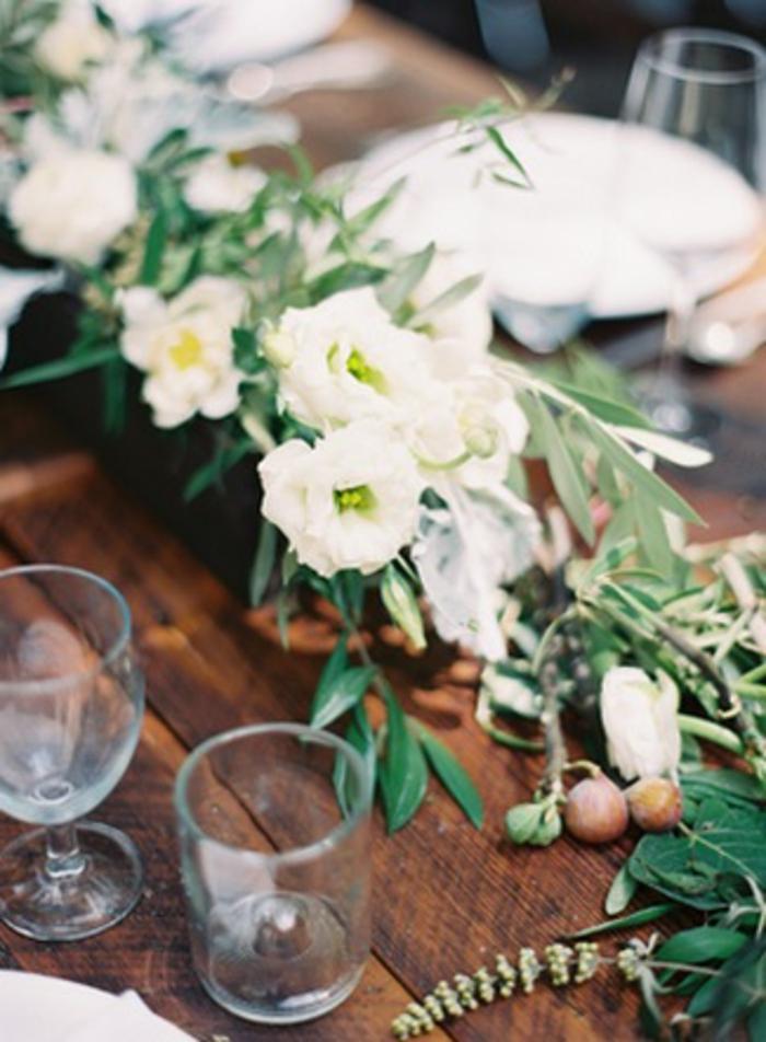 table de mariage en bois, chemin de mariage floral, jardinière en bois avec fleurs blanches