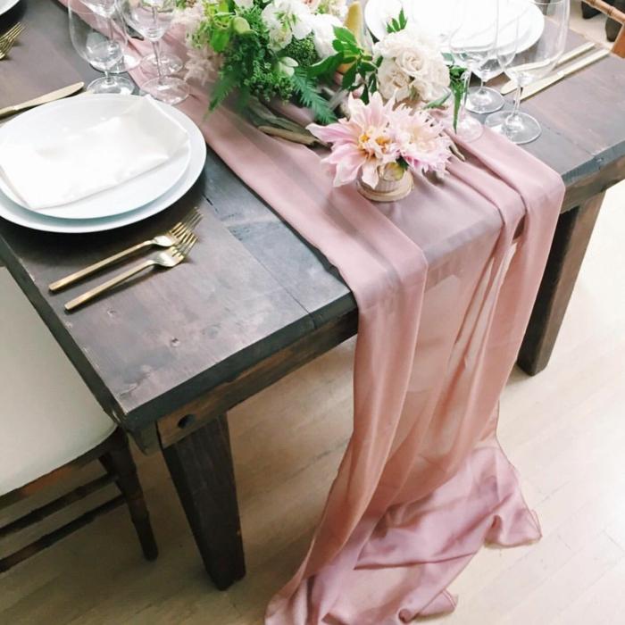chemin de table rose, table en bois solide, centre de table pour mariage, bouquets de fleurs blanches et roses