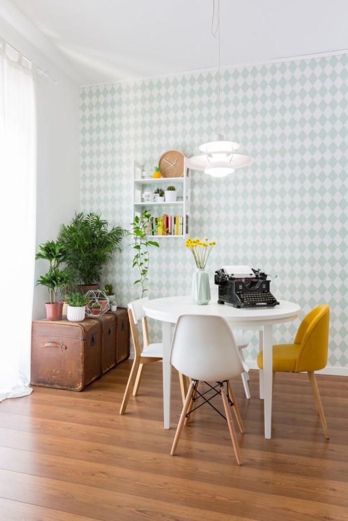 modèle de chaise moutarde pour petite salle à manger, déco pièce au plafond blanc et parquet bois foncé avec mur en papier peint blanc et vert menthe