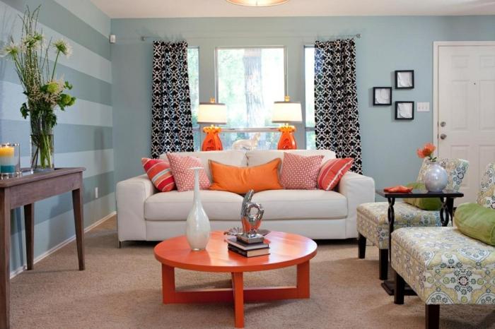 console vintage marron, sofa blanc, coussins oranges graphiques, table basse orange, fauteuils sans accoudoirs