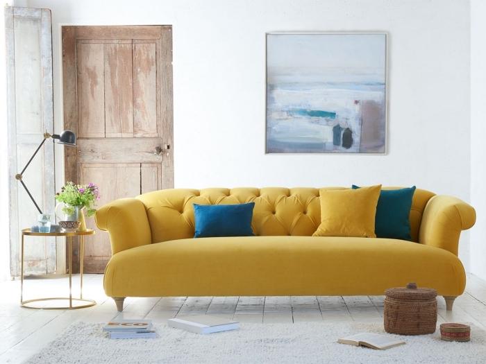 modèle de canapé salon couleur moutarde, design intérieur rétro chic avec vieux parquet et meubles modernes