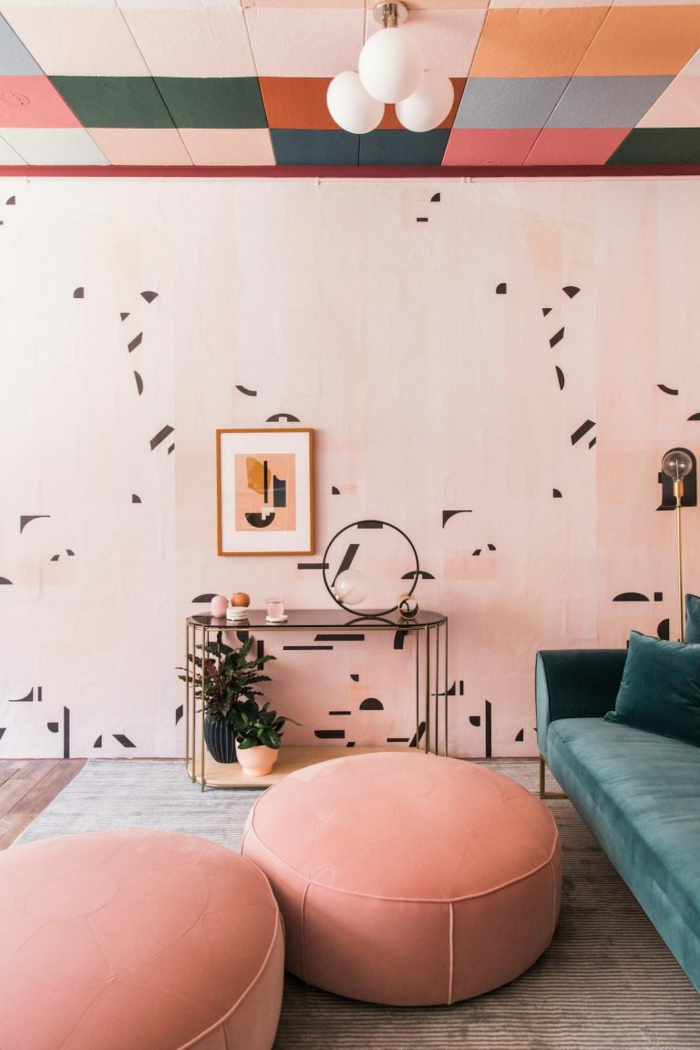 deux grands tabourets roses, tapis beige, plafond multicolore, peinture murale couleur panton 2019, sofa vert menthe