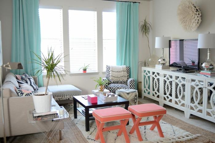 tabourets panton rose corail, tapis marocain, console blanche, deux lampes de table, rideaux turquoises, sofa gris, fauteuil graphique