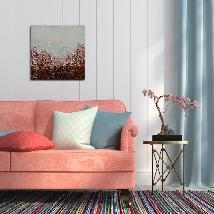 sofa rose saumon, tapis rayures, table de chevet dorée, tableau peinture artistique, bonsai aux fleurs roses