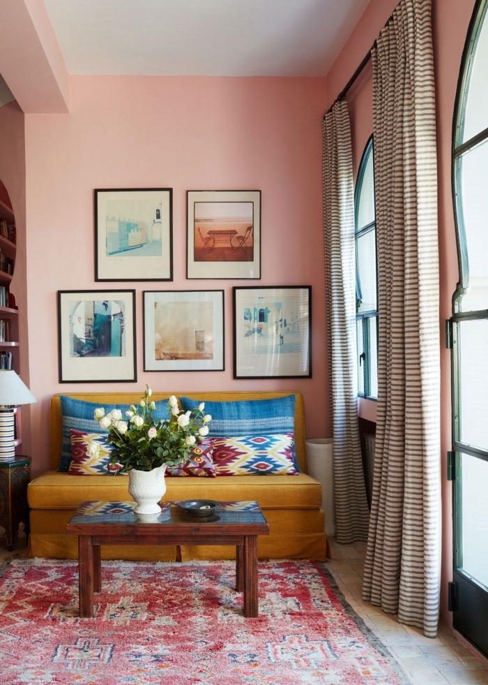 quelle couleur tendance pour un salon ou couloir, idée peinture pastel en rose, modèle de canapé jaune en velours ou tissu