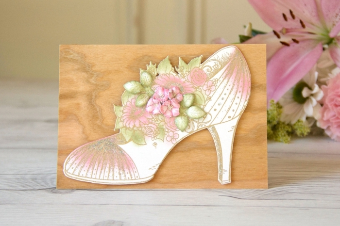 carte anniversaire scrapbooking pour femme, diy carte en papier effet bois avec figurine découpée en papier coloré design chaussure à talon