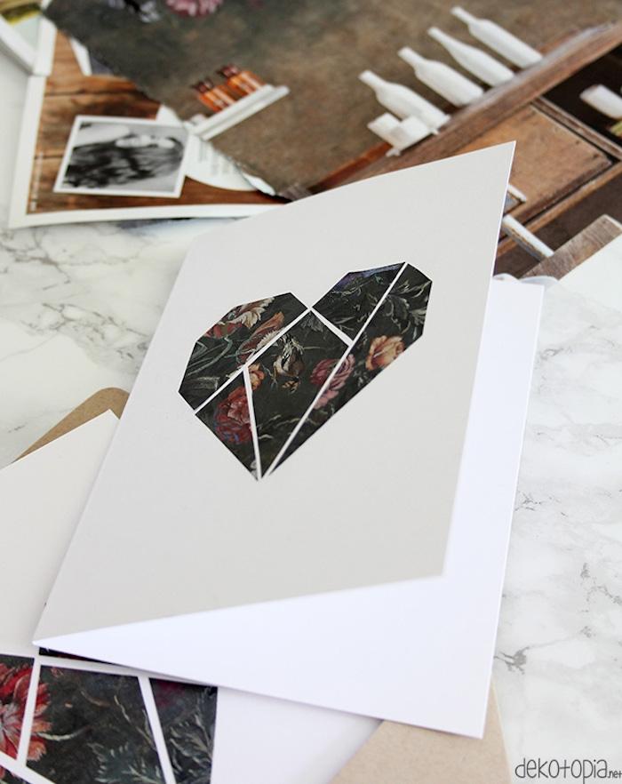 coeur en pièces de serviette à motif roses sur du papier blanc, comment réaliser un bricolage saint valentin