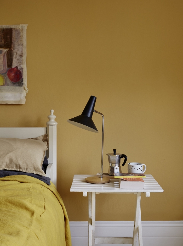 idée quelle peinture jaune pour chambre à coucher adulte, déco intérieure aux murs jaune avec meubles de bois blanc
