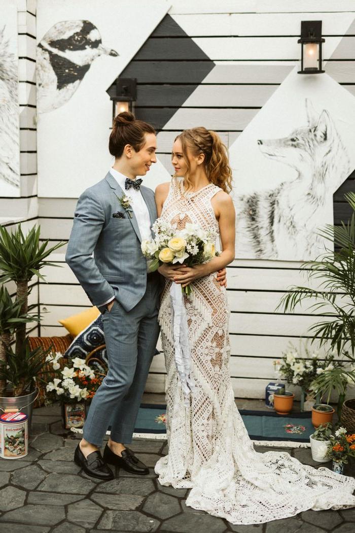 mariage bohème, costume gris, robe de mariée blanche en dentelle, bouquet de fleurs, mariage hipster
