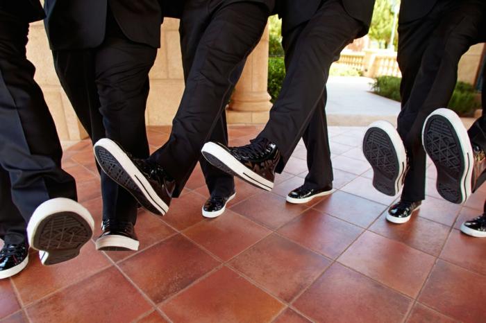 baskets homme noirs, tenue de mariage homme moderne, pantalon noir, basket habillee homme