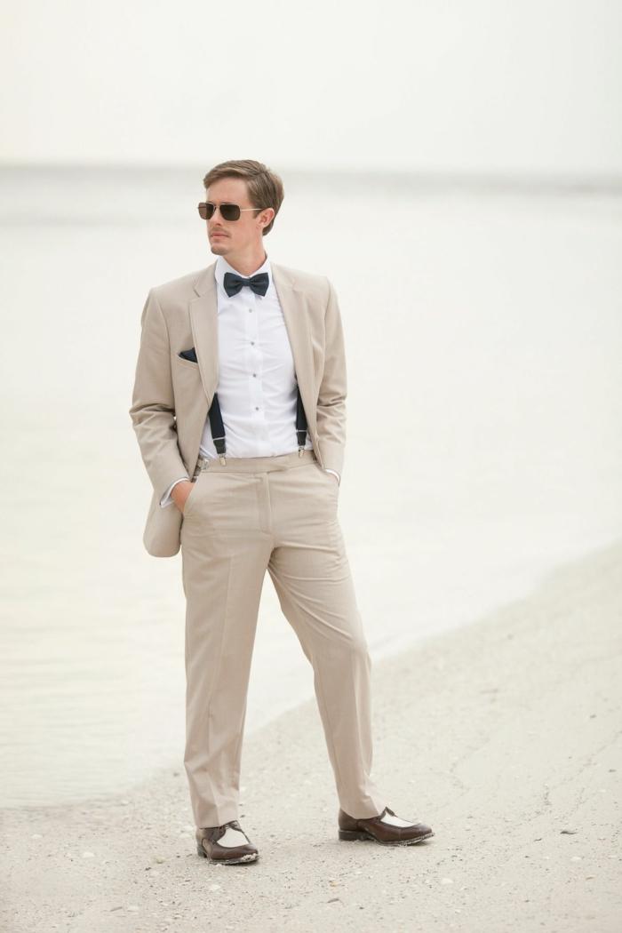 costume homme beige, chemise blanche, noeus papillon noir, bretelles noires, chaussures tendance homme