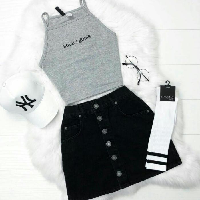 Jupe courte et top court avec chaussettes sportives, idée de tenue swag fille, tenue tumblr, comment s habiller bien comme les filles de tumblr