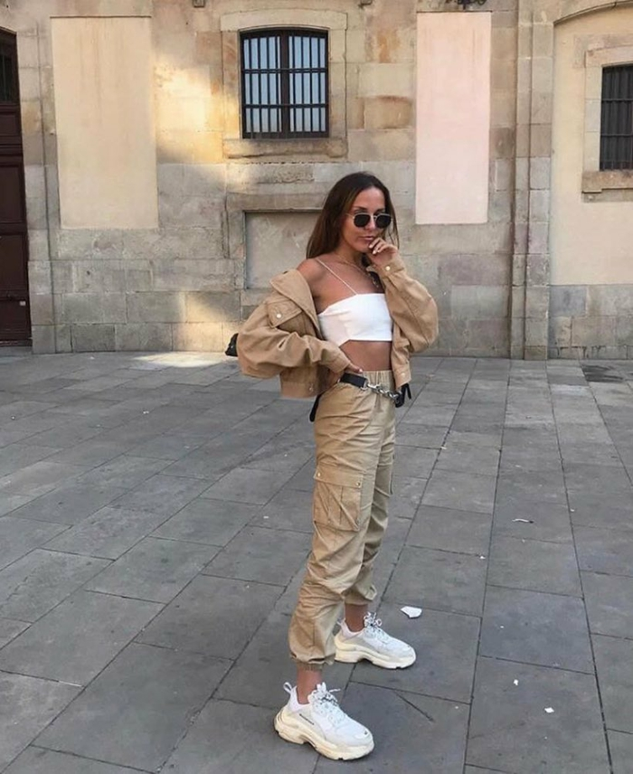 Vacances tenue tumblr, vetement femme décontracté chic a couleur kaki associé bien avec un top court blanche et des baskets blancs, streetwear femme tumblr
