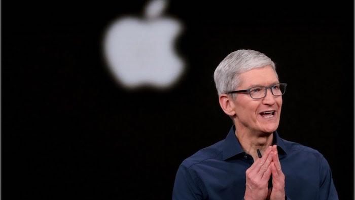 photo de tim cook sur fond noir et logo apple blanc apparent pour illustrer nouveaux services de streaming d'apple