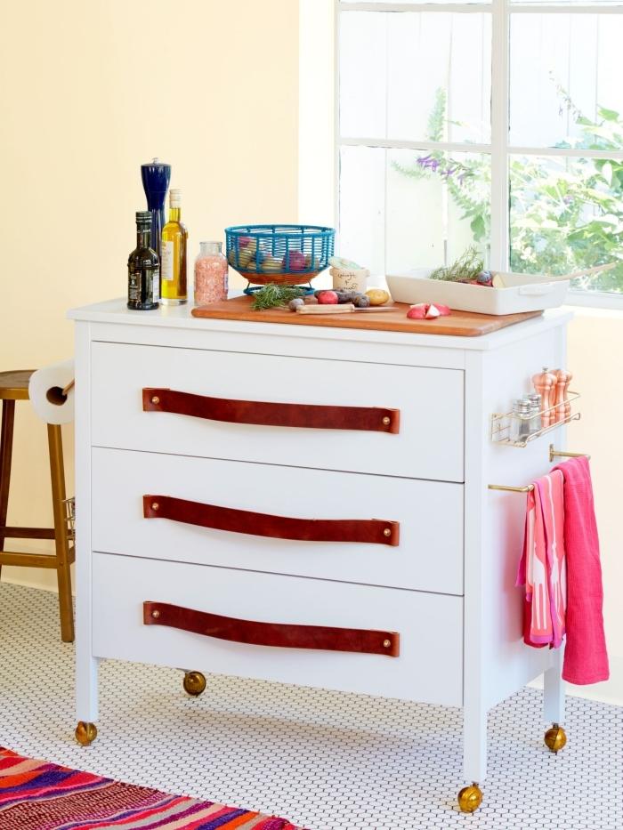 une petite commode ikea à trois tiroirs relookée en mini-îlot de cuisine sur roulettes avec des poignées en cuir, detournement meuble ikea pour aménager une petite cuisine