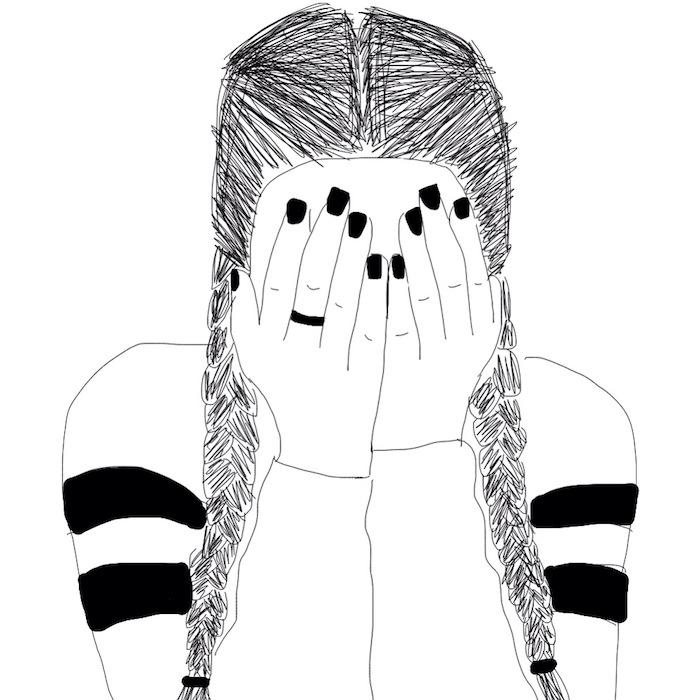 fille street style fashionista qui pleure et a couvert son visage de ses mains, tenue de sport, cheveux tressés, image noir et blanc triste
