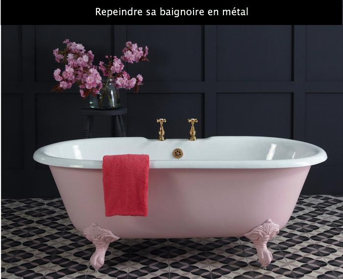 photo de baignoire retro sur pieds en métal avec peinture rose neuve sur sol en carrelage mosaique