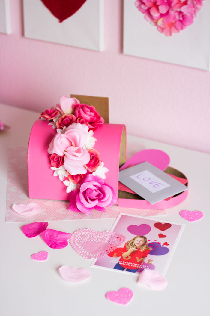 boites a lettres d amour, boite pour renfermer les cartes de saint valentin couleur rose décoration de fleurs artificielles
